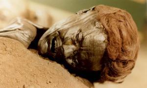 Portada - Rostro del Hombre de Grauballe, un cadáver de la Edad de Hierro en excelente estado de conservación gracias a la turba presente en el pantano al que fue arrojado tras su muerte. (Public Domain)