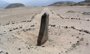 Monolito de Caral-Supe, llamado Huanca, con las pirámides al fondo (Foto: Håkan Svensson/Wikimedia Commons)