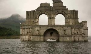 Portada-La iglesia colonial que ha emergido del embalse Nezahualcóyotl, en el estado mexicano de Chiapas. Fotografía: Associated Press.