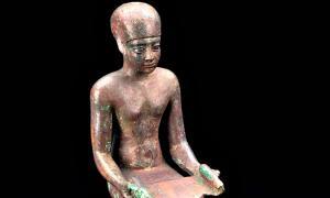 Portada - Detalle de una estatuilla de bronce de Imhotep. (Welcome Images/CC BY-SA 4.0)