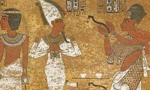 Ay como 'sacerdote sem' en la tumba del rey Tutankamón. Obsérvese la piel de leopardo, un ejemplo del Imiut. (Lucas/CC BY NC SA 2.0)