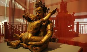 Portada-Fotografía mostrando una escultura de Jambhala (Señor de la riqueza) durante un rito de unión sexual con su consorte. (Wikimedia Commons)
