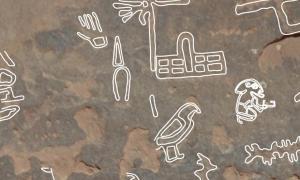 Portada-El jeroglífico que aparece en el centro de la parte superior de la imagen, con siete brazos y una cúpula que irradian de un poste, es el símbolo de la reina regente Neith-Hotep. Se creía hasta ahora que había sido la esposa del faraón Narmer, no reina por derecho propio. Fotografía: (D. Laisney)