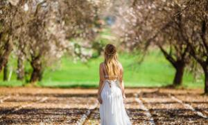 Portada - Mujer en la campiña (RUZANNA ARUTYUNYAN/Adobe Stock)