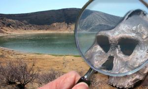Portada-Al fondo, Lago Turkana – Isla Central – Lago Flamingo (CC BY-SA 3.0), Detalle: fósil del homínido Aranthropus Aethiopicus descubierto en el Lago Turkana (Flickr/CC BY 2.0), lupa de aumento (Flickr/CC BY 2.0).