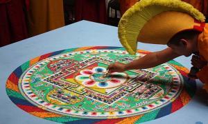 Portada - Monje budista creando un mandala (CC by SA)
