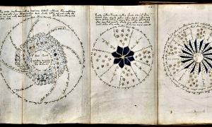 """Portada - Página 68 del misterioso Manuscrito Voynich, aún sin descifrar hasta el día de hoy. Este tríptico del manuscrito, que podemos observar desplegado, incluye lo que parece ser una carta astronómica (posiblemente la creación de un sol, o un """"proceso de inicio de un núcleo de fusión""""). Beinecke Rare Book & Manuscript Library, Universidad de Yale. (Dominio público)"""