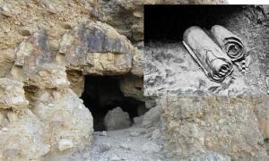 Portada - Principal: Cueva 11 de Qumram. Los documentos y objetos desenterrados en las cuevas demuestran un largo período de ocupación, desde la prehistoria hasta al menos la época romana. (Wikimedia Commons/Ian Scott photo). Detalle: Dos de los Manuscritos del Mar Muerto tal y como fueron descubiertos en las cuevas de Qumram (Public Domain).