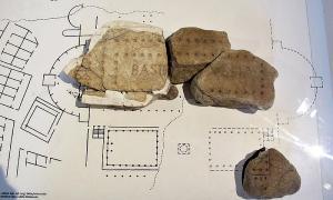 """Portada-Fragmentos de la """"Forma Urbis"""" correspondientes a la Basílica Ulpia y a la Biblioteca del Foro de Trajano de la antigua ciudad de Roma. (Fotografía: Sailko/CC BY-SA 3.0)"""