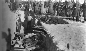 Portada-Fotografía de la Masacre de Wounded Knee (1891), Dakota del Sur. Soldados de los Estados Unidos arrojan a una fosa común los cadáveres de los nativos americanos Lakota muertos en la masacre. (Public Domain)