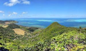 Portada - Panorámica de la costa este de isla Mauricio. Los investigadores han hallado en el interior de las jóvenes rocas volcánicas de Mauricio minerales que formaban parte del continente perdido. (carrotmadman6/CC BY-SA 2.0)