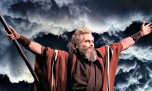 """Portada-Gesto de Moisés al separar las aguas del Mar Rojo. Charlton Heston en la película """"Los Diez Mandamientos"""", Paramount, 1956. (Wikimedia Commons)"""