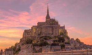 Portada-Mont-St-Michel-La icónica silueta del Monte St-Michel bajo la luz del atardecer. (Gilad RomCC BY 2.0).jpg