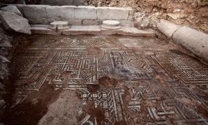 Portada-Este mosaico, delicadamente elaborado, ha sido hallado en la posible villa de un rico personaje de la Dolique romana, una de las pocas zonas de la antigua Siria romana en las que los arqueólogos aún pueden trabajar. (Foto: Universidad de Münster)