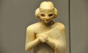 Portada - Mitad superior de una estatua de alabastro de una mujer sumeria. Las manos se encuentran unidas en un gesto de devoción. Los ojos probablemente fueran incrustaciones. Una prenda de piel de oveja cubre el hombro izquierdo de la figura. Período Dinástico Arcaico, c. 2400 a. C. Hallada en Mesopotamia, actual Irak. Museo Británico, Londres. Fuente: Osama Shukir Muhammed Amin/CC BY SA 4.0