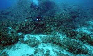 Portada-El equipo de investigadores halló ánforas de un tipo jamás descubierto hasta ahora en arqueología submarina. Además se encontraron anclas, cerámica utilizada por la tripulación y ollas para cocinar. (Foto: V. Mentogianis)
