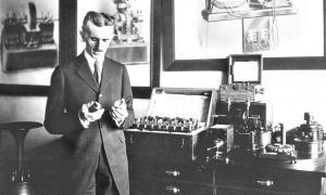 Portada - Fotografía de Nikola Tesla mostrando algunas de sus creaciones (Código Oculto)
