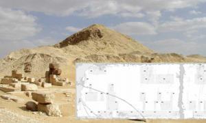 Portada - Pirámide de Pepi II con las pequeñas pirámides de las reinas Iput II, Neith y Udjebten. (Public Domain) Detalle: Piedra del Sur de Saqqara. (CC0)