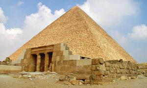 Portada - Panorámica de la cara este de la Gran Pirámide. (Public Domain)