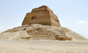 Portada-Ruinas de la pirámide de Meidum, cuya construcción inició Huni y finalizó su hijo y sucesor Seneferu. (Public Domain)
