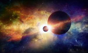 Portada-El universo. Dos planetas en el espacio, junto a una misteriosa nebulosa que resplandece más allá.