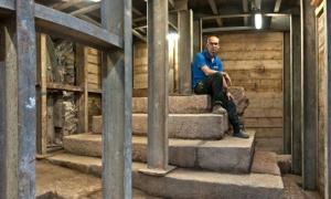 Portada-Este podio escalonado ya había sido parcialmente excavado hace unos 100 años, pero ahora un equipo de arqueólogos ha conseguido desenterrarlo en su totalidad. Su posible finalidad siglos atrás sigue siendo por ahora un misterio. (Foto: Shai Halevy, Autoridad de Antigüedades de Israel)