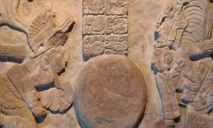 La Tercera Creación del Universo por los Señores Divinos de Toniná, Garra de Jaguar (izquierda) y Kinich Baknal Chaak (derecha). Museo Nacional de Antropología, Ciudad de México. (CC BY SA 4.0)