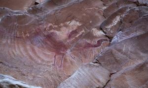 Portada-La línea dibujada alrededor de las pinturas originales hace que parezca una criatura alada. (Foto: Black Dragon Canyon Pictographs)