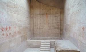 Portada-Puerta falsa en la tumba de Ka-Gmni. En Saqqara, en las afueras de la ciudad de El Cairo_.jpg