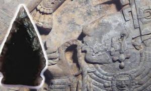 Portada-Antigua punta de flecha Maya de obsidiana (Fotografía: Nathan Meissner), y Señora Xoc, miembro de la realeza maya de Yaxchilán, pasando una cuerda con cuchillas incrustadas a través de su lengua en un ritual de derramamiento de sangre (Public Domain)