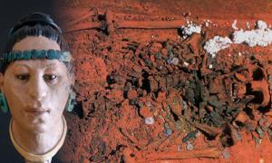 Portada - Tumba de la Reina Roja con sus restos óseos y ajuar funerario. A la izquierda, reconstrucción facial de la Reina Roja. (TOT Ciències Socials)