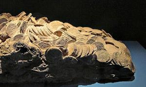 Portada-Réplica en resina de un bloque de monedas que conserva la forma del arcón de madera que las contuvo. El bloque pesa 58,87 kilos, y cuenta con unas 2.180 monedas de ocho reales. La fragata Mercedes transportaba entre 800 y 900 sacas de este tipo. Museo Arqueológico Nacional (Madrid) (Wikimedia Commons)