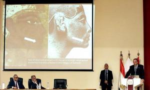 Portada-El egiptólogo británico Nicholas Reeves exponiendo sus primeras conclusiones durante la rueda de prensa celebrada hoy. (Fotografía: worldnewsenespano/EFE)
