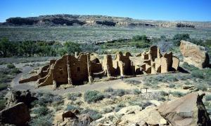 Portada-Algunas de las ruinas de los edificios del Cañón del Chaco aún siguen en pie (Fotografía: HJPD/Wikimedia Commons)