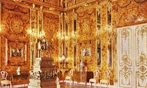 Portada-Tsarkoye Selo, Palacio de Catalina. El Salón del Ámbar con la apariencia que presentaba muy probablemente en 1917. (Public Domain)