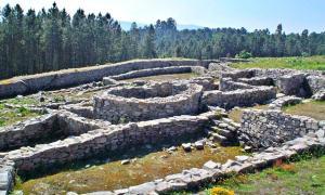 Portada - Estructuras de una casa patio del castro de San Cibrao con la construcción ovalada como eje vertebrador, en la zona este de la anteacrópolis. (Lansbricae/GNU Free)