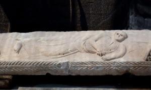 Portada- relieve del joven sobre el sarcófago de hace 1.800 años descubierto recientemente en Ascalón, Israel (Yonatan Sindel/Flash90)