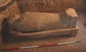Portada-Sarcofago-Piedra-Caliza-Dinastia-XXVI-Antiguo-Egipto-Cerca-Asuan.jpg
