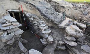 La sauna incluía un tanque para hervir el agua y un entramado de celdas. Esta construcción se cubrirá con tierra al final de la presente estación a fin de conservarlo para realizar futuras excavaciones el próximo año. (Imagen: Historic Scotland, Crown Copyright)