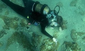 Submarinista explorando la recién descubierta ciudad griega bajo las aguas del mar Egeo (Spero News).