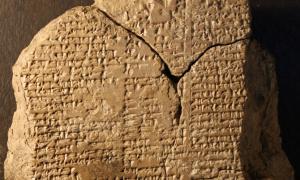 Portada-Esta tablilla de arcilla está grabada con parte de la Saga de Gilgamesh. Fue robada con toda probabilidad de un lugar histórico antes de ser vendida a un museo iraquí. Foto: Farouk Al-Rawi.