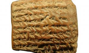 Portada-Tablilla de arcilla que revela que los babilonios realizaban cálculos para conocer la trayectoria de Júpiter. Fotografía: Administradores del Museo Británico/Mathieu Ossendrijver.