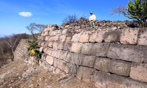 Portada - Vista de las grandes murallas megalíticas que rodean la Acrópolis de Chimalacatlán. Algunas de las piedras miden más de 3 metros de largo, con un peso estimado de entre 5 y 8 toneladas. Fuente: Marco Vigato