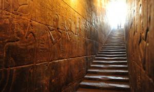 Portada - Templo de Hathor en Dendera. Los desgastados escalones conducen al tejado. En las paredes podemos observar los numerosos bajorrelieves. Fotografía: Michael Ventura / Alamy