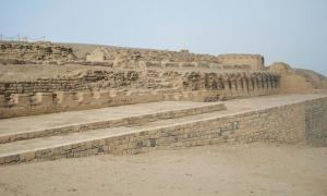 Portada-El Templo del Sol, frente al cual casi 100 cuerpos, incluidos los de muchos niños de corta edad fueron desenterrados de una tumba que no había sido saqueada. (Foto: Charles Gadbois/Wikimedia Commons)