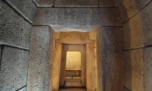 Entrada a la tumba tracia de Kazanlak, en Bulgaria, con sus imponentes muros de piedra. Se pueden encontrar tumbas de este tipo por todo el país, como el Túmulo del Rey y su sarcófago de mármol descubiertos recientemente por un equipo de arqueólogos en Boyanovo. Imagen meramente ilustrativa. (KLMircea, Flickr/CC BY-SA 2.0)