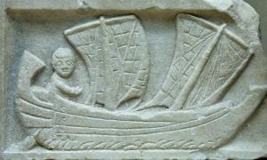 Portada-Relieve de un pequeño velero hallado en la antigua Cartago y datado en el año 200 a. C., época en la que cartagineses y romanos luchaban por la hegemonía en el Mediterráneo. Museo Británico de Londres, Inglaterra. (Public Domain)