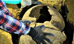 Portada - Primer plano de las dos urnas funerarias recuperadas recientemente en Antioquia (Colombia). (Fotografía: eltiempo.com/Raúl Arboleda/APF)