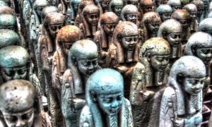 Portada - Legión de figuritas sirvientes funerarias (shabtis) pertenecientes a Neferibreheb. Egipto, en torno al 500 a. C., Museo del Louvre-Lens (CC BY 2.0)