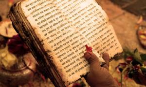 Portada - Lectura de los Vedas. (Fotografía: IndiaFacts)